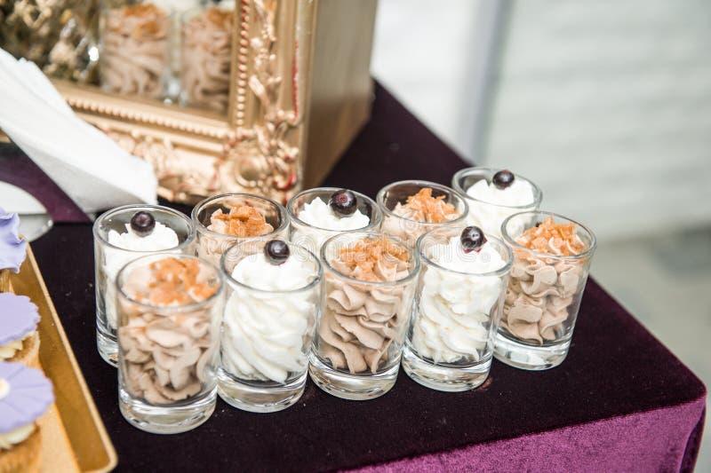 Hochzeitsdekoration mit Pastell färbte Bonbons in den kleinen Gläsern Elegante und luxuriöse Ereignisanordnung mit Plätzchen stockbild