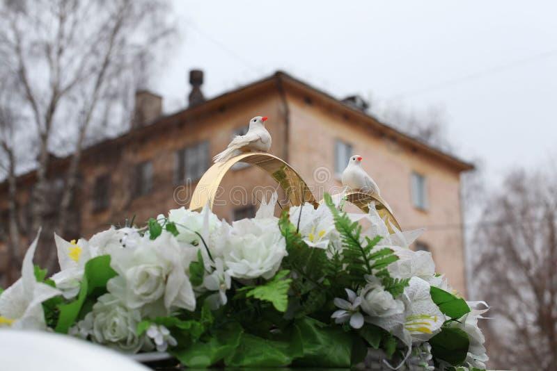 Hochzeitsdekorationen boquet mit Vogelringen stockfotografie