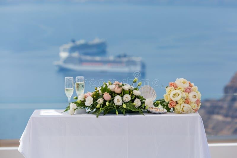 Hochzeitsdekorationen mit Blumen stockfotos