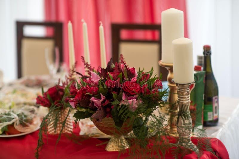 Hochzeitsdekorausrichtung von Tabellen lizenzfreie stockfotos