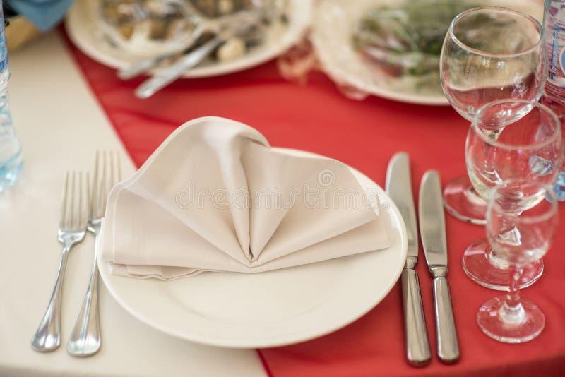 Hochzeitsdekorausrichtung von Tabellen lizenzfreies stockbild