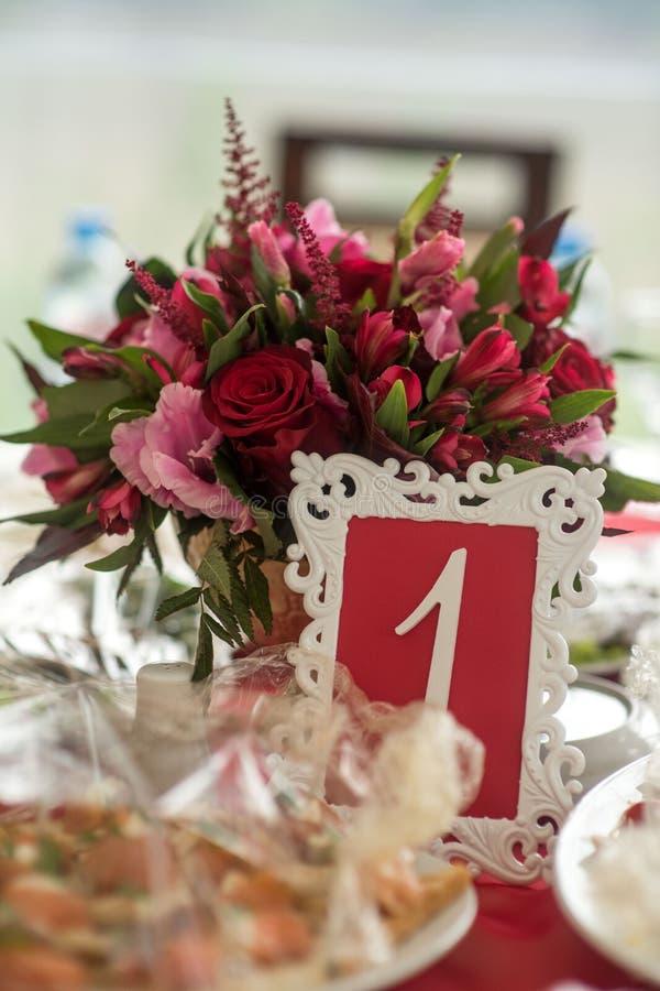 Hochzeitsdekorausrichtung von Tabellen lizenzfreie stockbilder