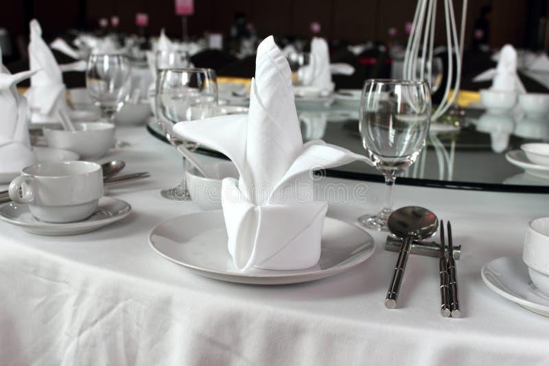 Hochzeitsdekorgedeck und -blumen lizenzfreies stockbild