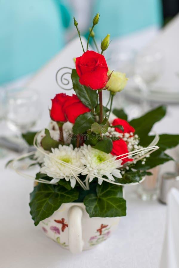 Hochzeitsdekortabelle mit Blumen stockbild