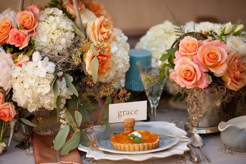 Hochzeitsdekortabelleneinstellung und -blumen stockbilder