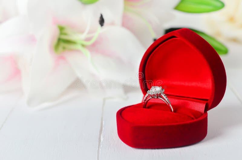 Hochzeitsdiamantring am roten Samtschmuckkästchen stockfoto