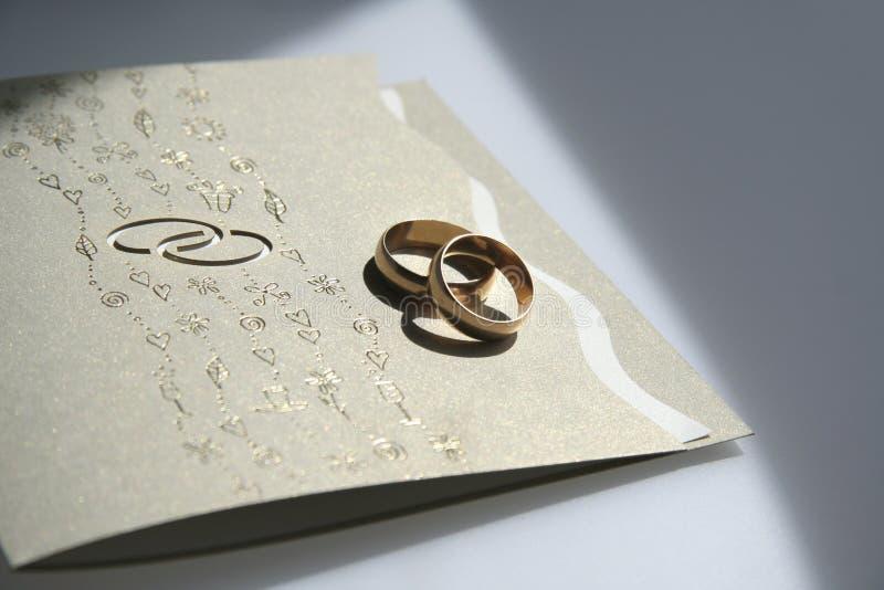Hochzeitseinladung und -ringe stockfotos
