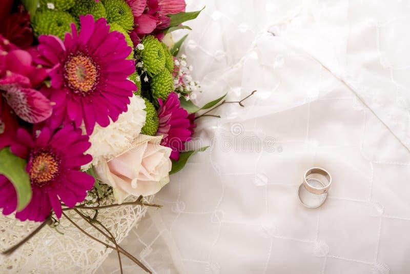 Hochzeitseinstellung - Draufsicht der Braut und des Bräutigams schellt stockfotografie