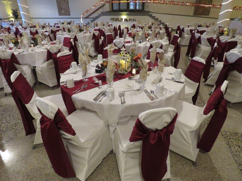 Hochzeitsempfang gründete mit allen Tabellenvorbereitungen für Brautpartei und Gäste stockfotos