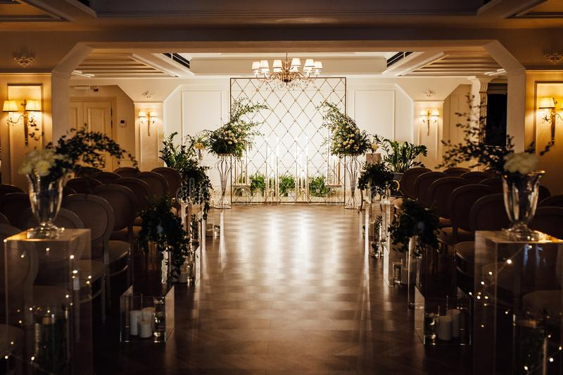 Hochzeitsempfangdekoration mit verschiedenen elektrischen Edison-Lampen und frischen Blumen, rustikale Art lizenzfreies stockbild