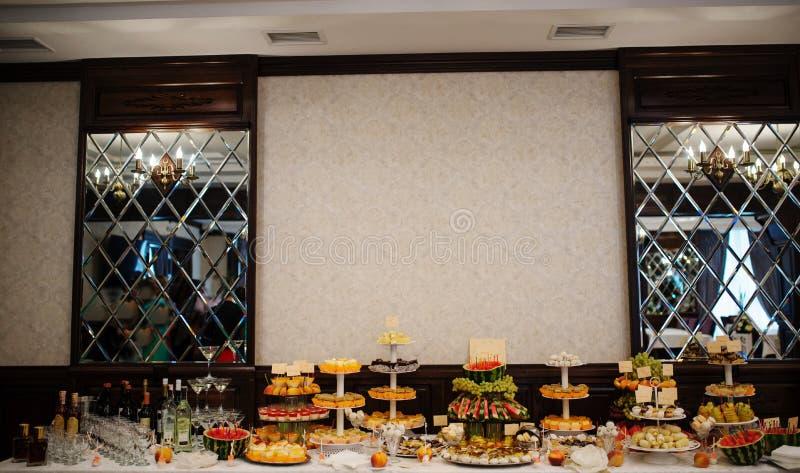 Hochzeitsempfangtabelle mit Früchten, Bonbons und Getränken lizenzfreies stockbild