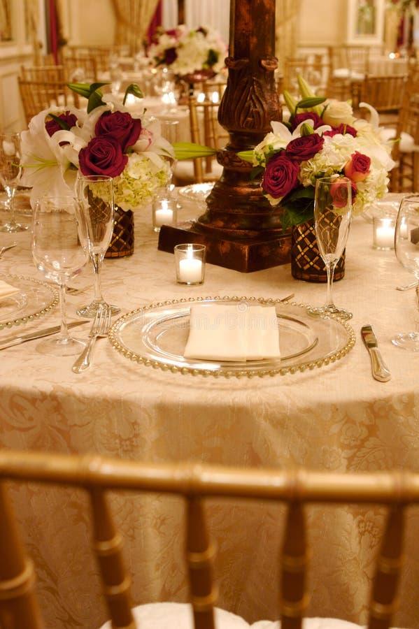Hochzeitsempfangtabelle und -blumen lizenzfreie stockfotos