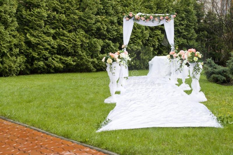 Hochzeitsfeierbogen auf Gras im Park lizenzfreies stockbild