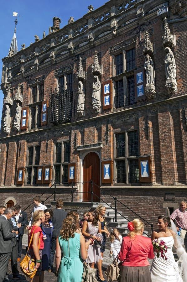 Hochzeitsfest am mittelalterlichen Rathaus von Kampen stockbilder