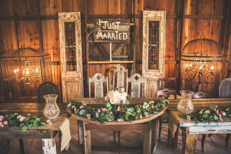 Hochzeitsfest-Tabelle in einer Scheune lizenzfreie stockfotos