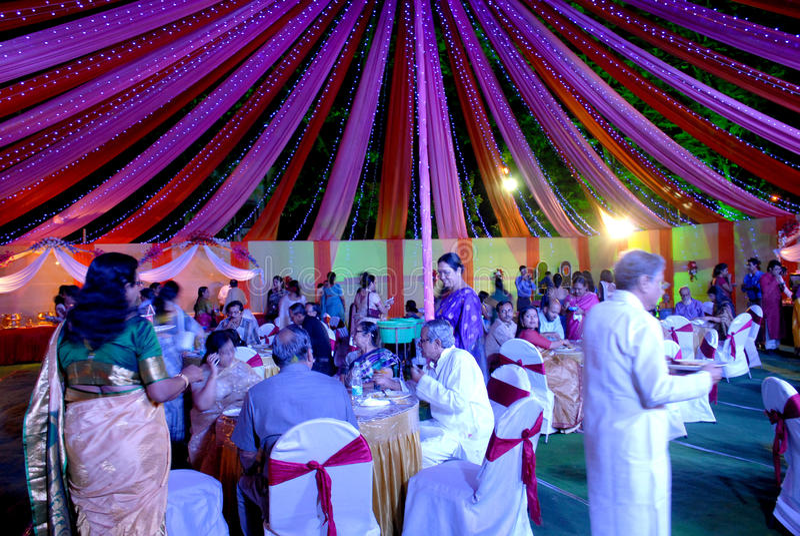Hochzeitsfest Viele Weingläser auf grüner Tabelle lizenzfreie stockfotografie
