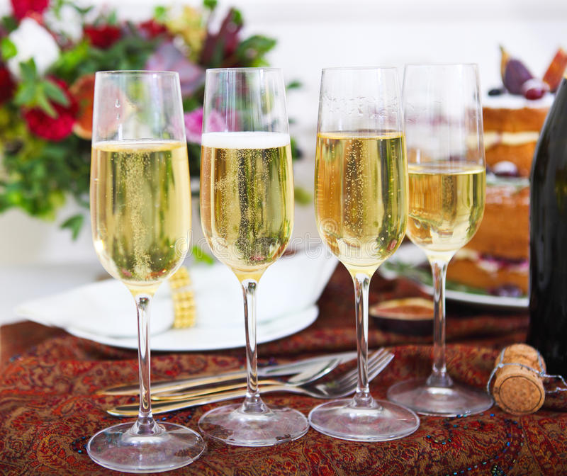 Hochzeitsfest Viele Weingläser auf grüner Tabelle Champagne bereit zur Partei lizenzfreie stockbilder