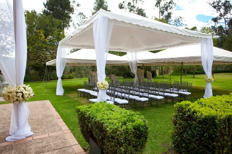 Hochzeitsfestzelt mit Blumensträußen stockbild