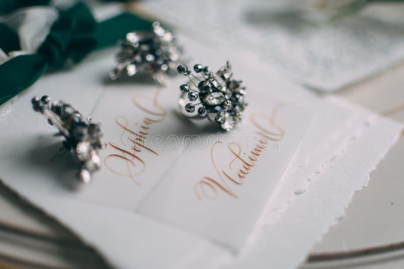 Hochzeitsfloristics und -details Danke zu kardieren Orchidee Boutonniere für den Bräutigam Heller weißer Hintergrund Basisrechene stockbild