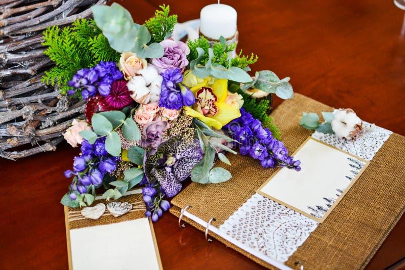Hochzeitsfotoalbum-Blumenstraußeukalyptusbaumwolle und andere Blumen lizenzfreie stockfotografie