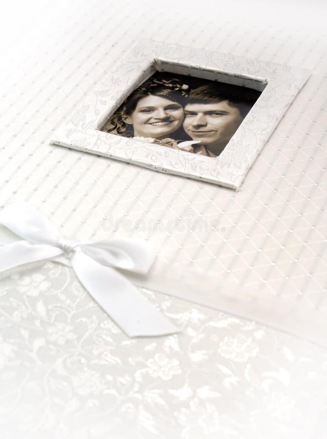 Hochzeitsfotoalbum mit gestaltetem verheiratetem Paar lizenzfreie stockfotografie