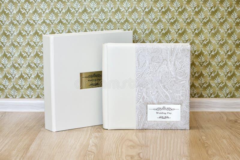 Hochzeitsfotobuch mit Leder kombinierte Abdeckungs- und Metallschild lizenzfreies stockbild