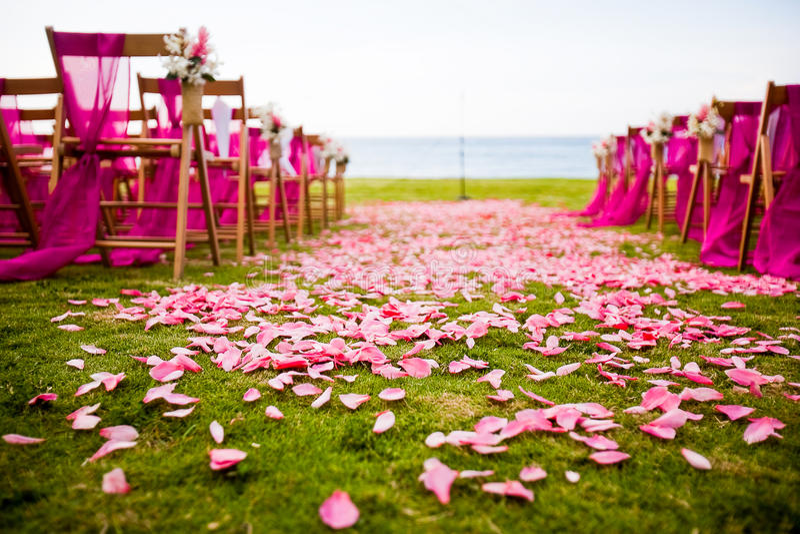 Hochzeitsgang im Freien an einer Bestimmungsorthochzeit stockfotos