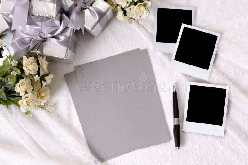 Hochzeitsgeschenke mit Schreibpapier und Fotos lizenzfreie stockfotografie