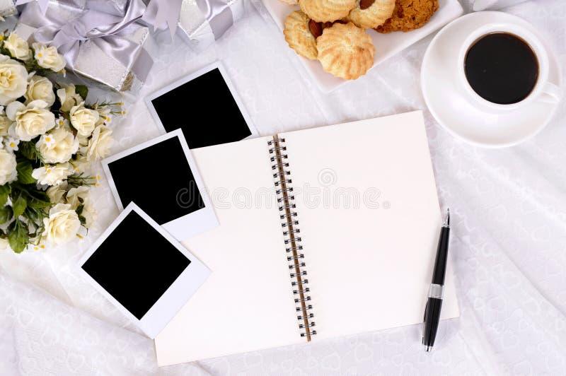 Hochzeitsgeschenke und Fotoalbum stockfotografie