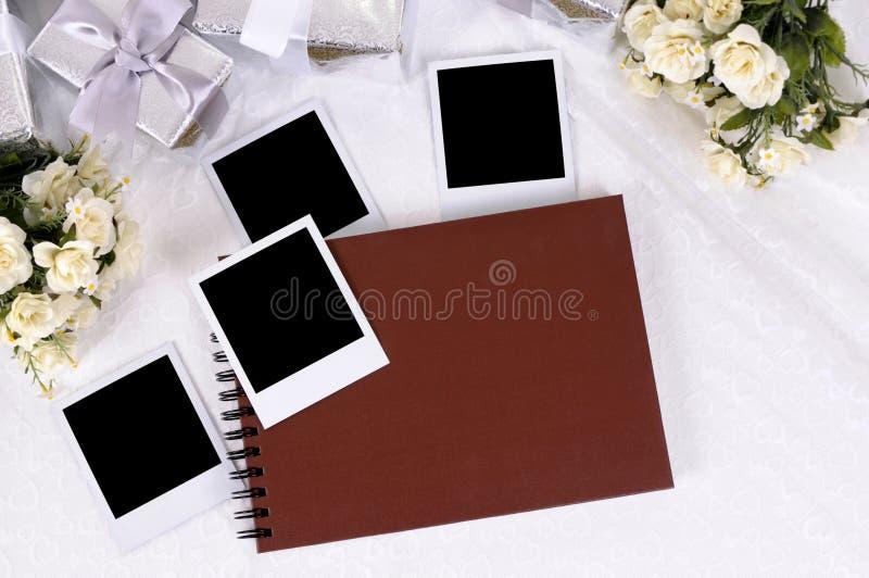 Hochzeitsgeschenke und Fotoalbum lizenzfreie stockfotos