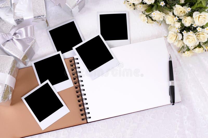 Hochzeitsgeschenke und Fotoalbum stockfotos