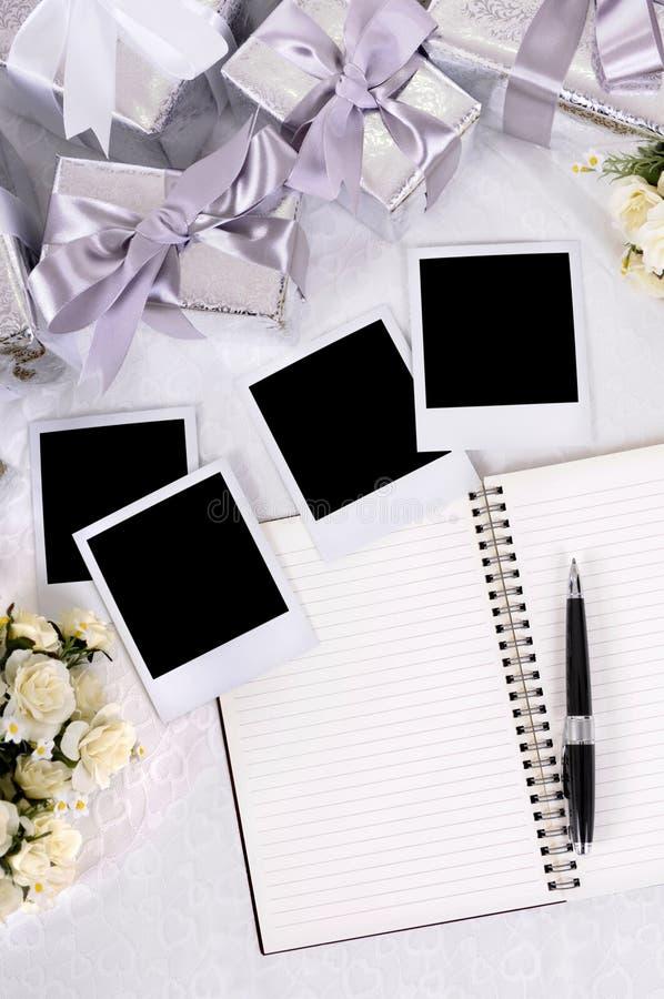 Hochzeitsgeschenke und -fotos lizenzfreies stockfoto