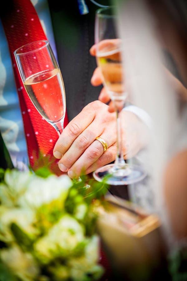 Hochzeitsgläser mit Champagner stockfotos