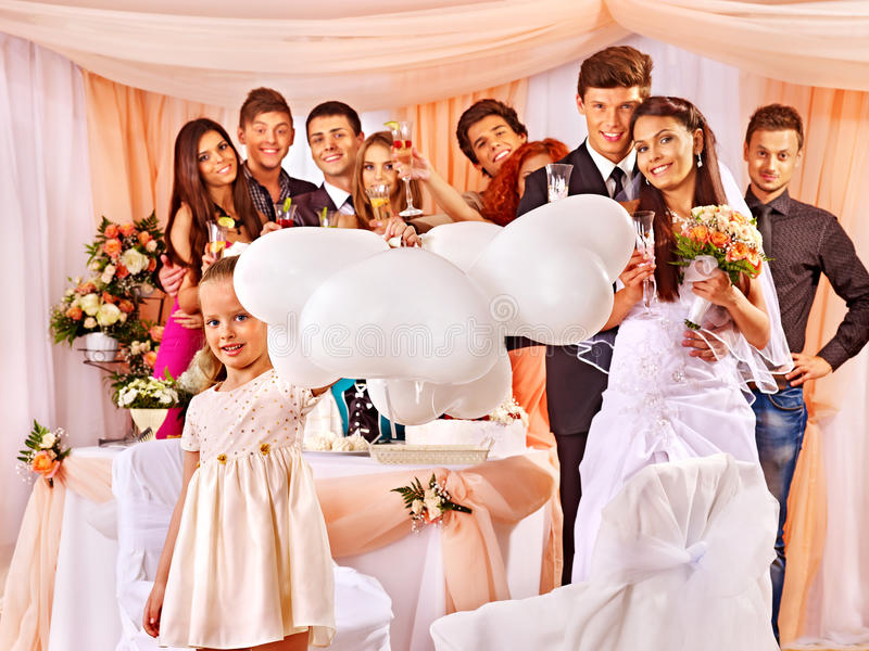 Hochzeitsgruppenleute in der Banketthalle lizenzfreie stockfotos