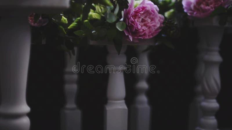 Hochzeitskerzenstander Weisser Kerzen Halter Und Rosa Blumen Stock