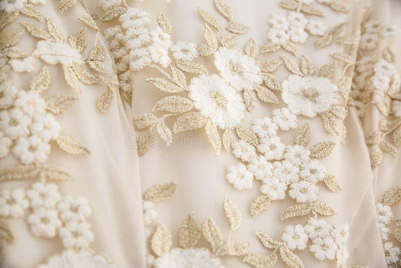 Hochzeitskleid mit bestickten Blumen lizenzfreies stockfoto