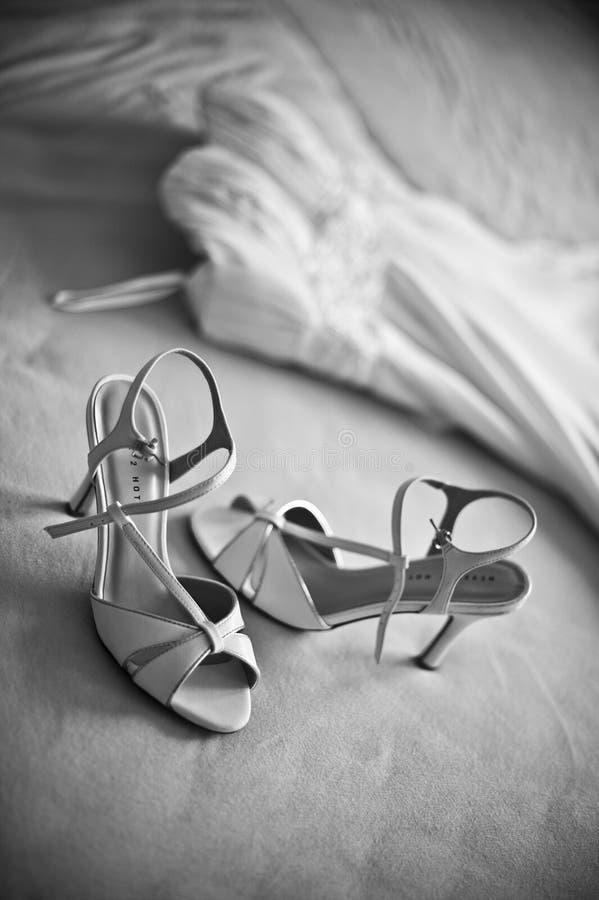 Hochzeitskleid mit Schuhen, Schwarzes/Weiß lizenzfreie stockfotos