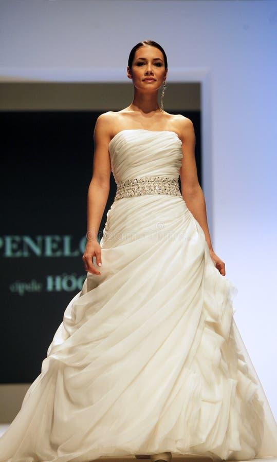 Hochzeitskleid-Modeschau stockbilder