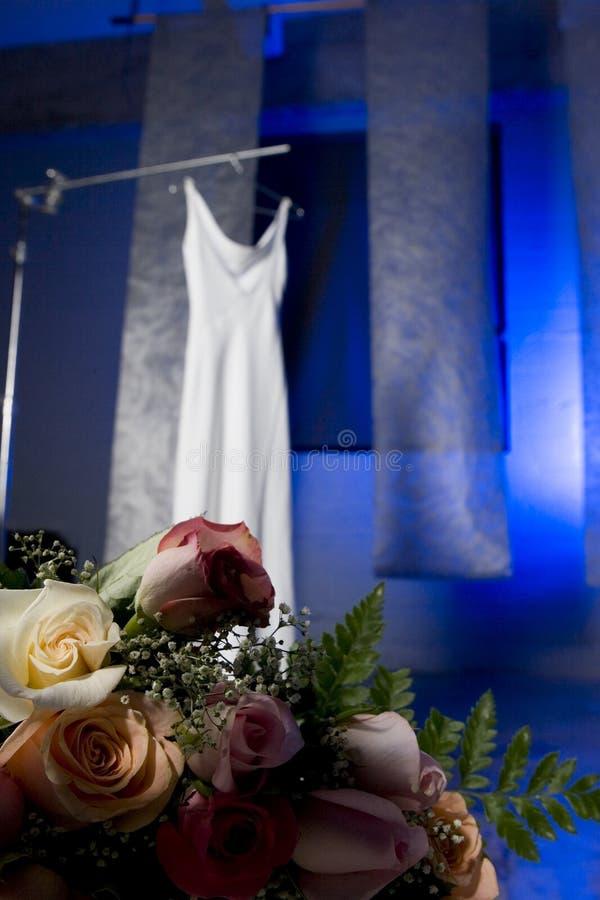 Hochzeitskleid und -blumen stockbilder