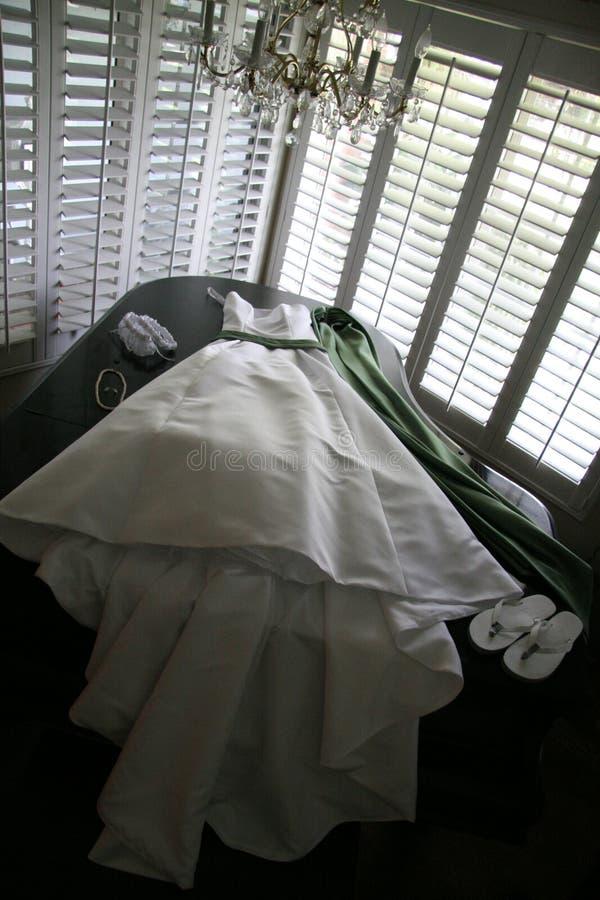 Hochzeitskleid und -klavier lizenzfreies stockbild