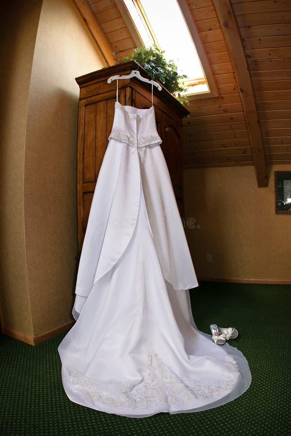 Download Hochzeitskleidhängen stockfoto. Bild von blumenstrauß - 9082180