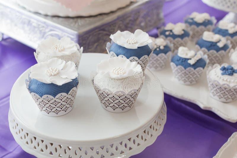 Hochzeitskleine kuchen stockfoto