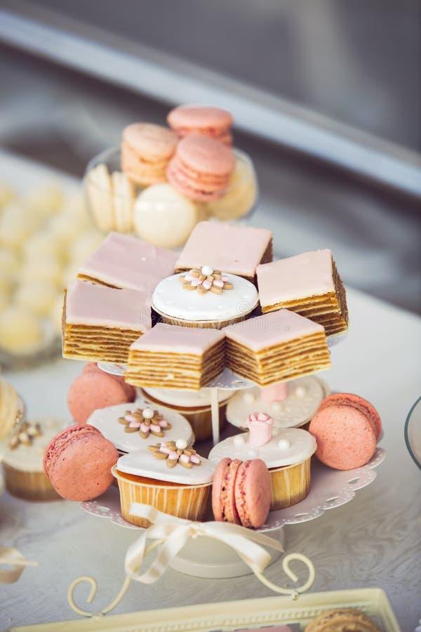 Hochzeitskleine kuchen auf der Hochzeitstafel lizenzfreies stockbild