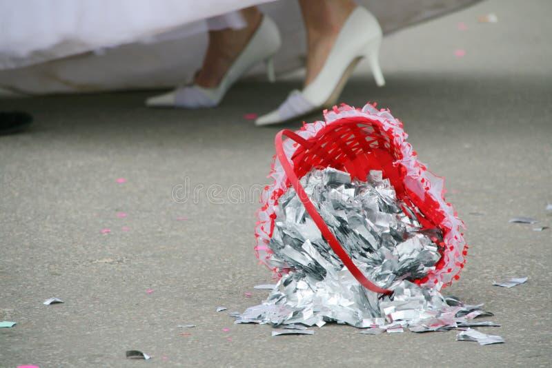 Hochzeitskorb auf dem Fußboden lizenzfreies stockfoto