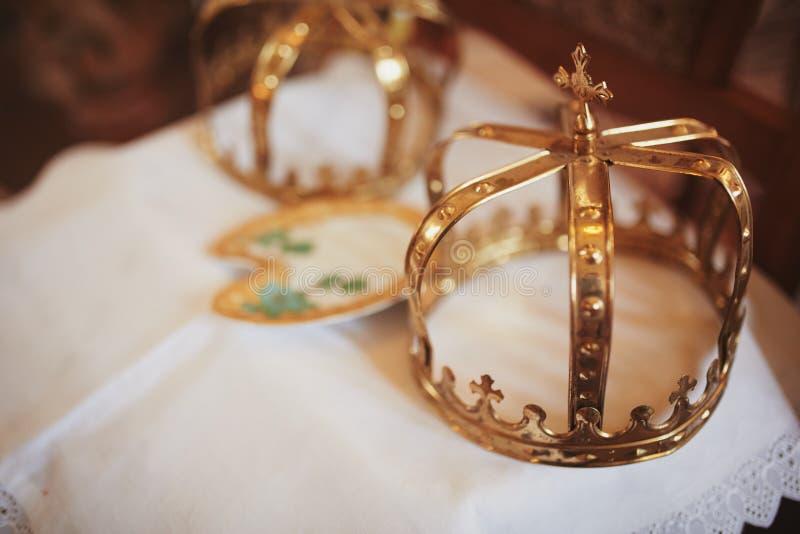 Hochzeitskronen Hochzeitskrone in der Kirche bereit zur Trauung Abschluss oben Göttliche Liturgie lizenzfreie stockbilder