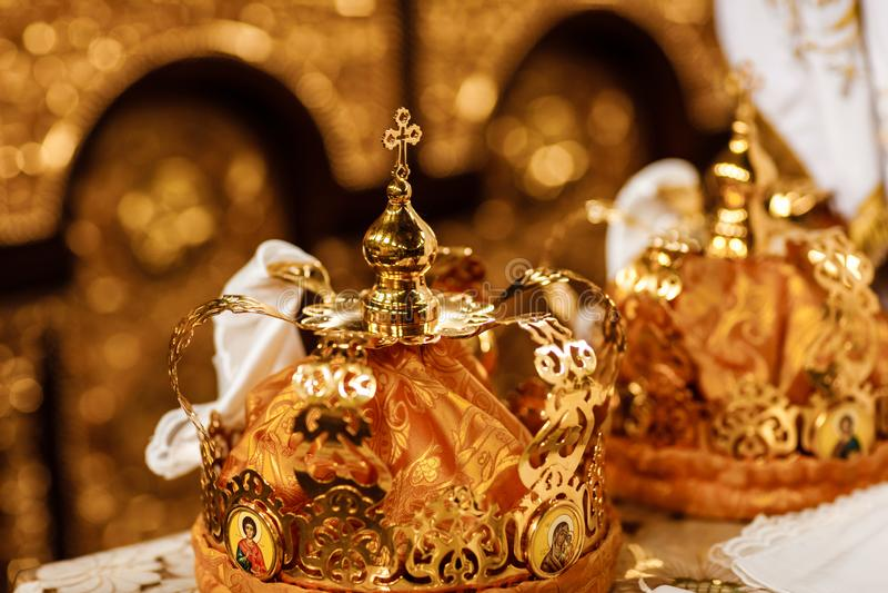 Hochzeitskronen Hochzeitskrone in der Kirche bereit zur Trauung Abschluss oben Göttliche Liturgie stockfotografie