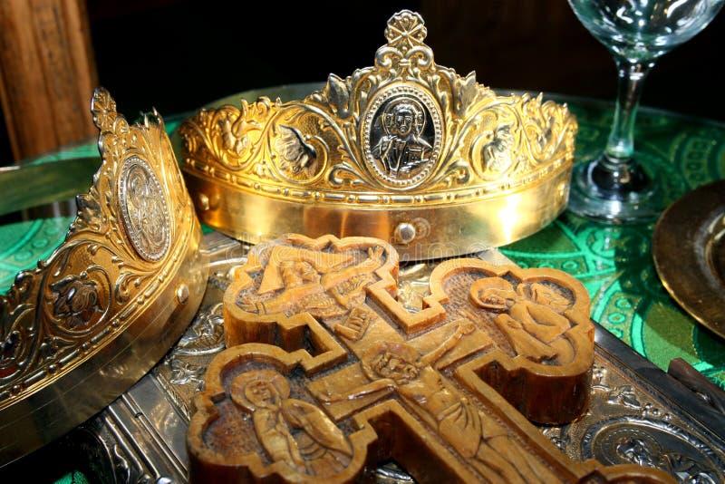 Hochzeitskronen Und -kreuz Stockbild