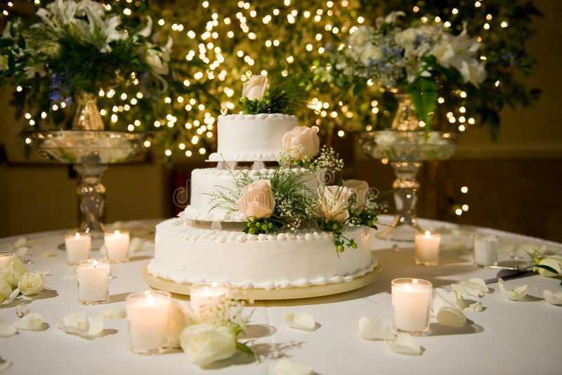 Hochzeitskuchen auf der verzierten Tabelle lizenzfreies stockbild