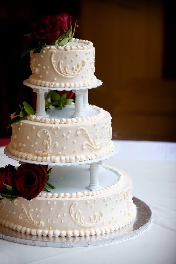 Hochzeitskuchen mit drei Reihen stockfotografie