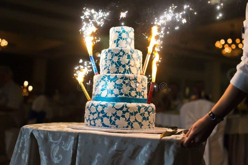 Hochzeitskuchen mit Feuerwerken stockfotos